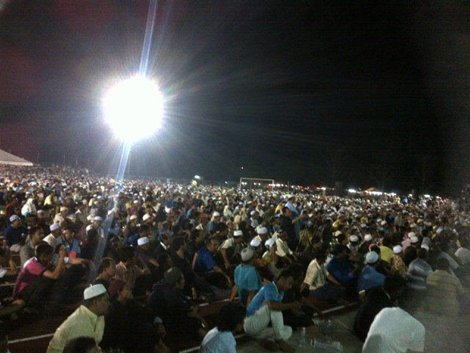 large crowd at sabak bernam